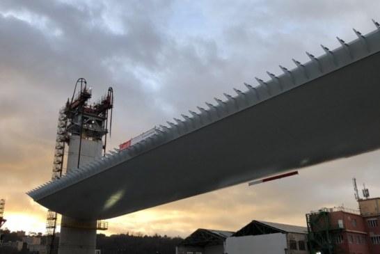 Ponte Morandi, sollevata la prima maxi campata da 100 metri